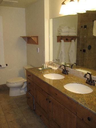Newpark Resort & Hotel: 1 Bdrm Luxury Suite Bathroom