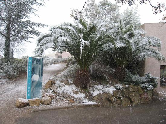 Hotel de Massane : Way to Pool / Lobby with snow in 2009