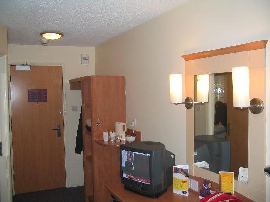Premier Inn London Gatwick Airport East (Balcombe Road) Hotel : Room 24 - desk and wardrobe