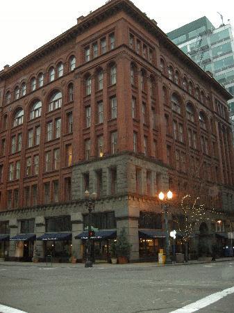 Kimpton Hotel Vintage Portland: Exterior of the Vintage Plaza hotel