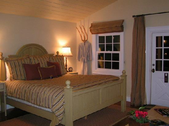 The Cottages of Napa Valley: Comfy king bed