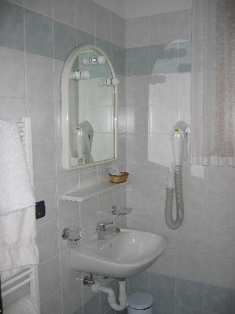 Garni Moon: Bathroom
