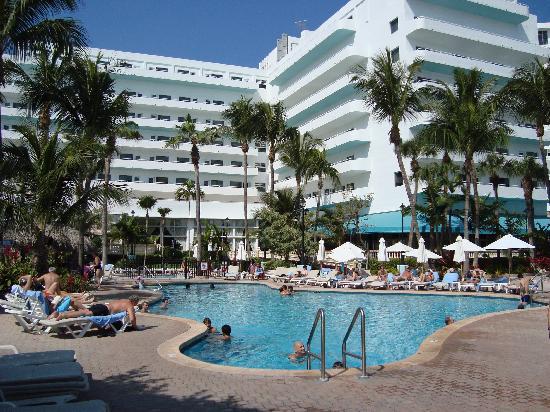 Hotel Riu Plaza Miami Beach: Pool and hotel behind