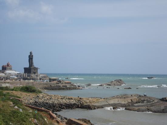 Thiruvalluvar Statue: Kanyakumari - Thiruvallur statue from the mainland