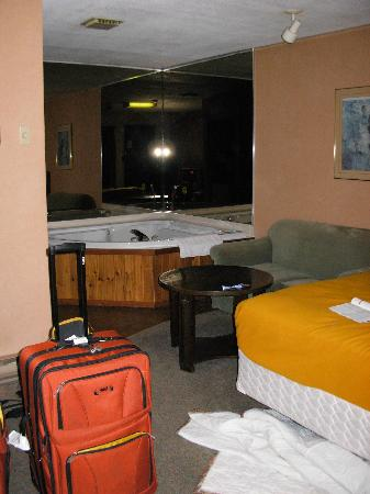 Seven Oakes Motel: Room with jacuzzi