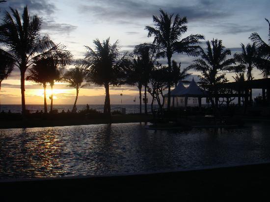 The Samaya Bali Seminyak : The main pool at sunset