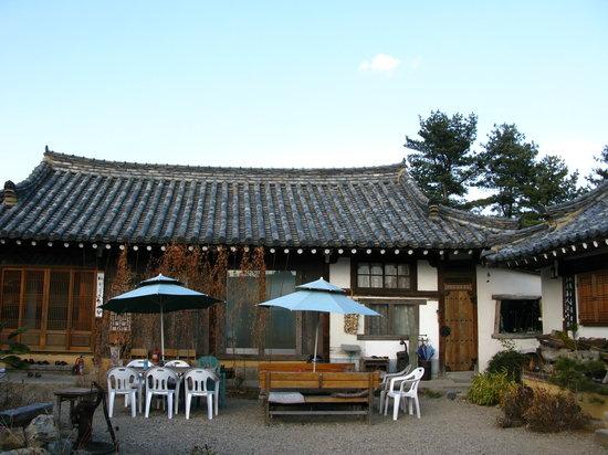 Sa Rang Chae Guesthouse: Courtyard.