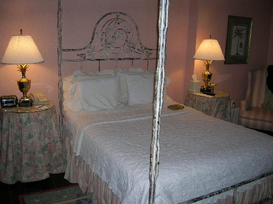 1842 Inn: Dogwood Room - Queen Bed
