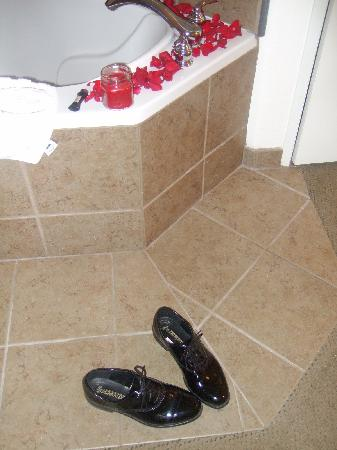 Hawthorn Suites by Wyndham Victorville: His shoes next to the jacuzzi