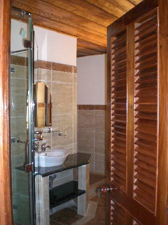 Becko Jacks Resort: Bathroom (huge bathtub obscured by door)