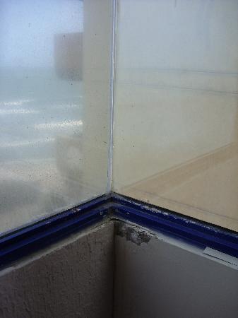 โรงแรมคอสตา เดล โซล: Room 521 View from dirty window 1st