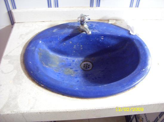 โรงแรมคอสตา เดล โซล: Sinks in Toilet area near swimming pool