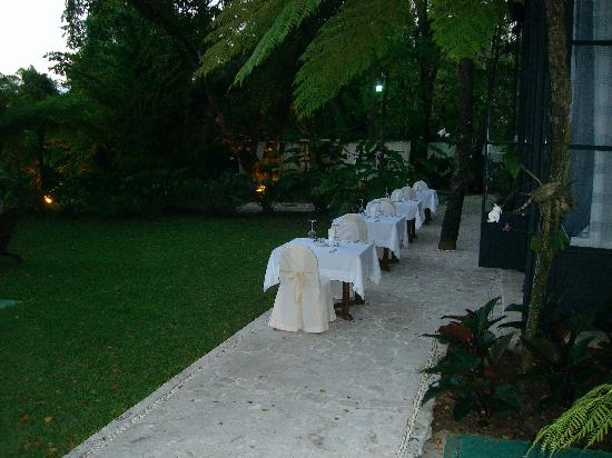 Casa Colonial Beach & Spa: Outside tables at restaurant for Valentines Day