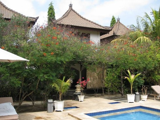 Martas Hotel: Bungalow vu de la piscine
