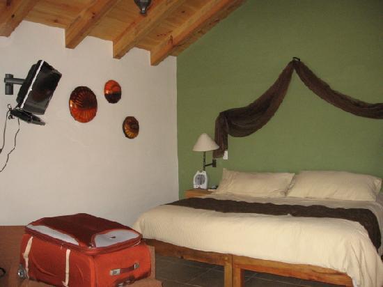 Hotel Bosque Escondido: Parte de nuestra habitacion- cabaña, la cama