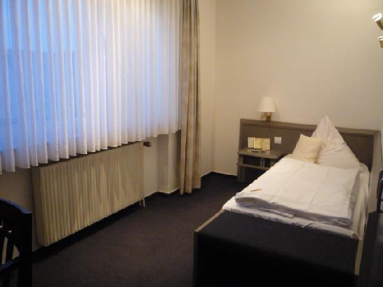Merian Hotel: シンプルですが清潔な部屋でした