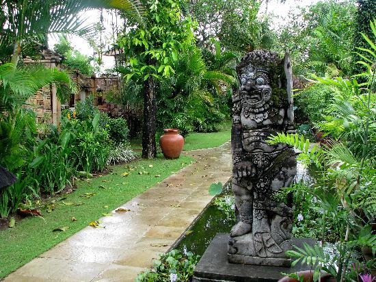 Belmond Jimbaran Puri: Way to our cottege