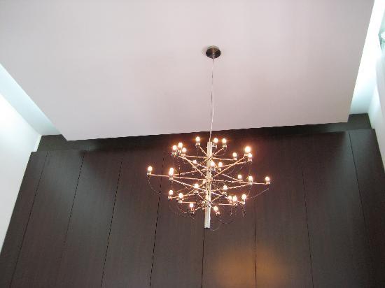 Hotel Plaza Fuerte: Modern suite lighting.