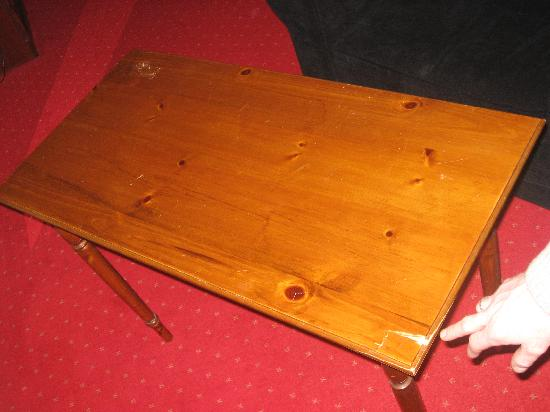 Yeats Country Hotel, Spa and Leisure Centre: Broken table