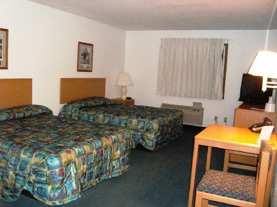 Americas Best Value Inn Grand Forks: Room 154 from entrance