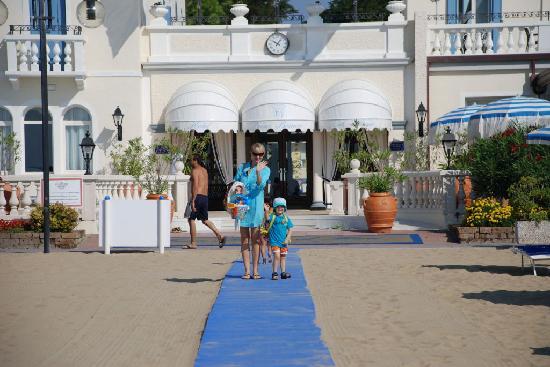 Hotel Casa Bianca al Mare: Ausgang zum Strand