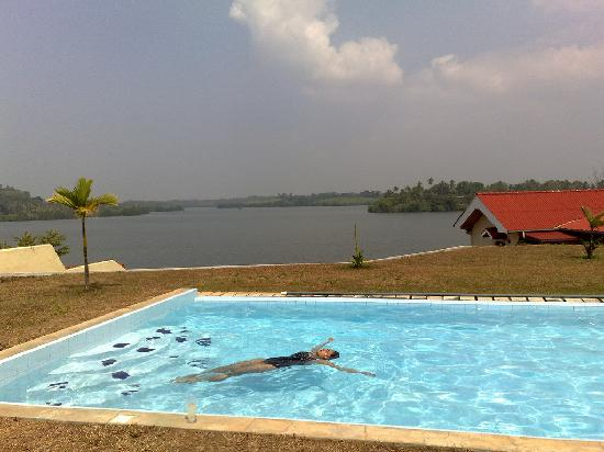 Kalla Bongo Lake Resort: Swimming Pool