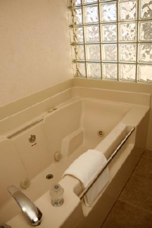 Red Arrow Inn & Suites: some rooms even had Jacuzzi tubs