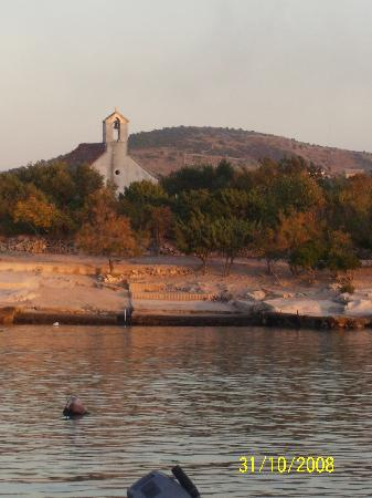 Vila Dama : Old stone church