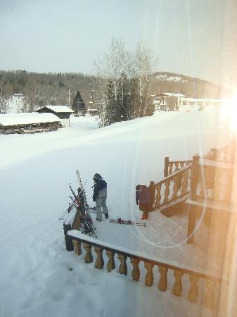 White Cap Mountain Lodge: Kids getting ready to ski to breakfast