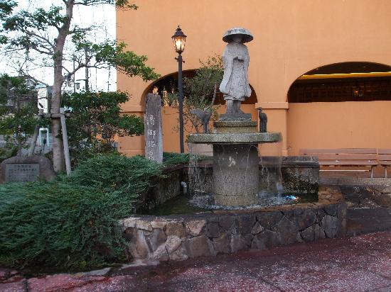 Katsuragi: 開湯した円仁法師の像が目の前