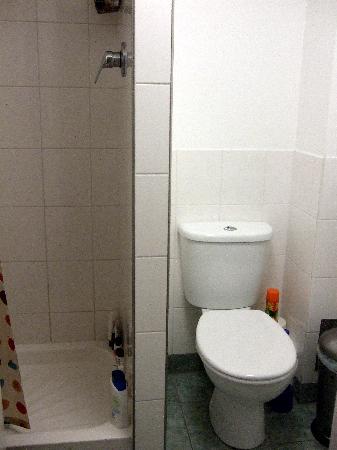 Hyde Park Hostel: shower room