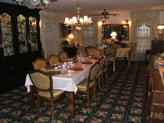 Azalea Plantation: The Dining Room