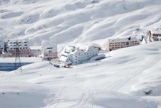 Alpenhotel St. Christoph: hotel from the slopes
