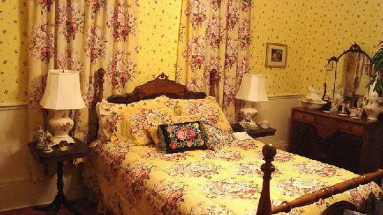 Henry Manor Bed & Breakfast: Yellow Rose Room