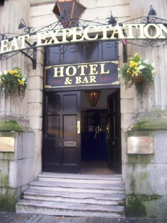 Great Expectations Hotel & Bar: hotel entrance