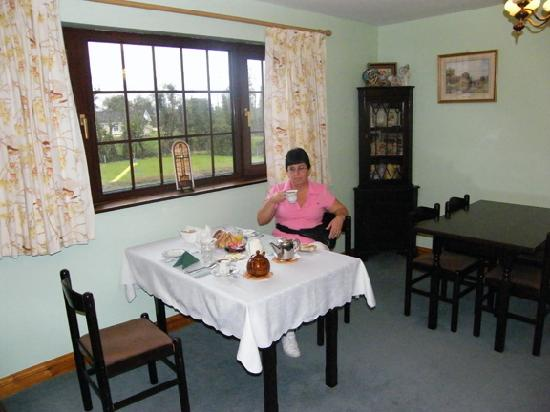 Bunratty Arms B&B : Enjoying Tea and breakfast