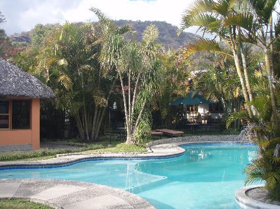 Hotel Dos Mundos: プールとコテージ