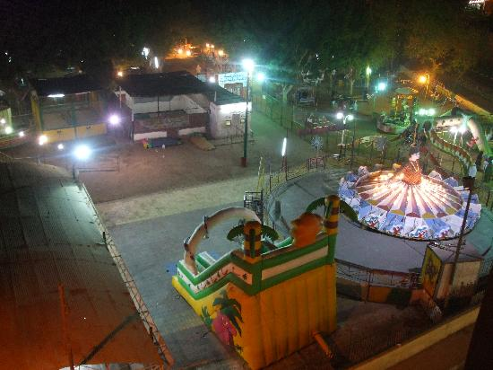 Royal House Hotel: The fun fair opposite