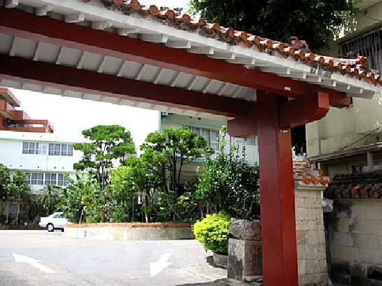 Okinawa Hotel: 沖縄っぽい門です