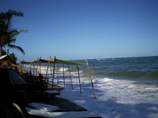 Sítio São Francisco - Pousada de Charme: The beach in front of the pousada/Corujão beach bar