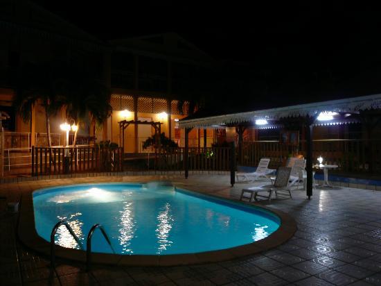 Pointe-Noire, Guadalupe: Piscine le soir