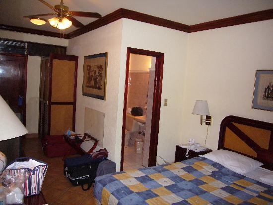 Autentico Hotel : La chambre et salle de bains