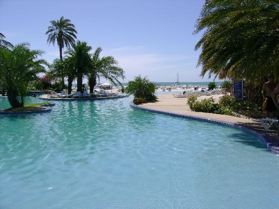 Coche Paradise Hotel Isla Margarita: une des deux piscines, et oui, au fond c la mer...