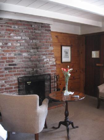 Vagabond's House Inn: Fireplace in Room