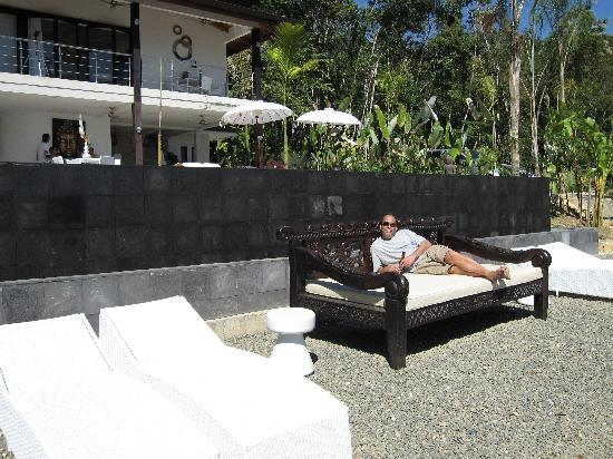 Oxygen Jungle Villas: The Large Daybed that sits below the pool looking out on the Pacific