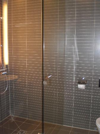 Vienna House Andel's Cracow: shower and toilet