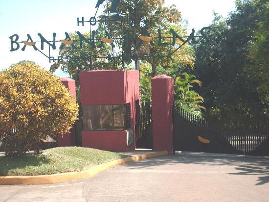 Banana Palms Hotel Resort & Marina: Front gate