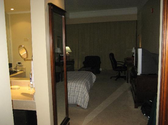Sercotel Panama Princess: Walking into the room. Bathroom to the left.