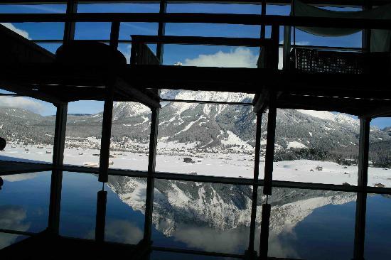 Hotel MOHR life resort: Blick vom Pool Bereich auf die Zugspitze