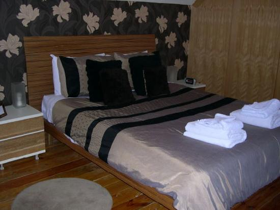 Ty Rosa B&B: The bed in attic ensuite room